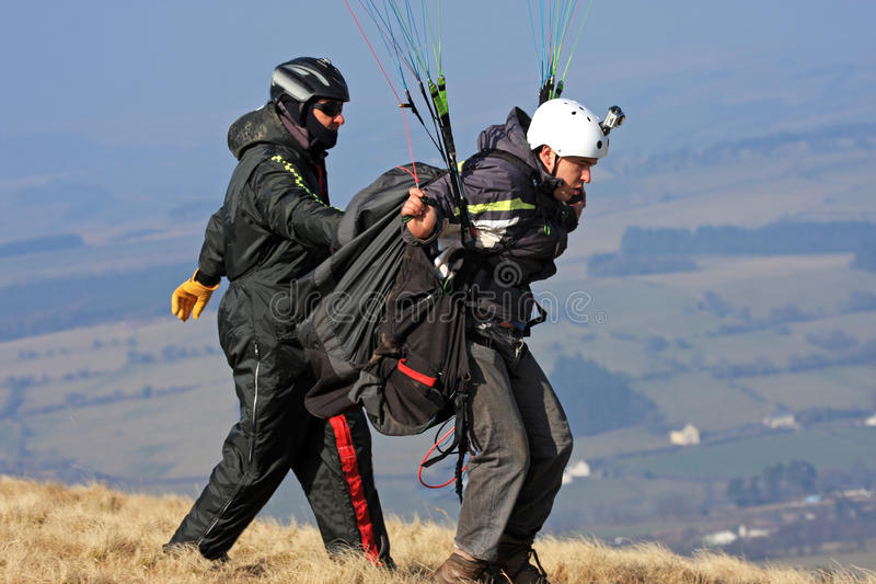 Paraglider wszczyna skrzydło zdjęcia royalty free