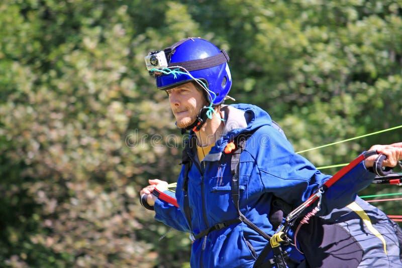Paraglider wszczyna skrzydło fotografia stock