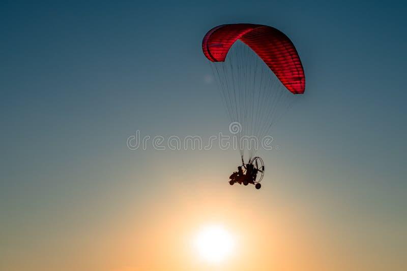 Paraglider wznosi się w niebie obraz royalty free