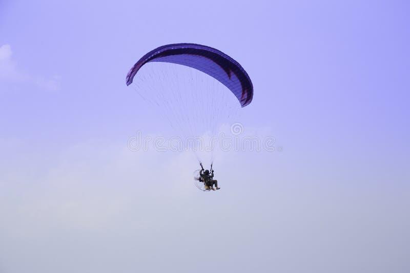 Paraglider wznosi się w niebieskim niebie obraz royalty free