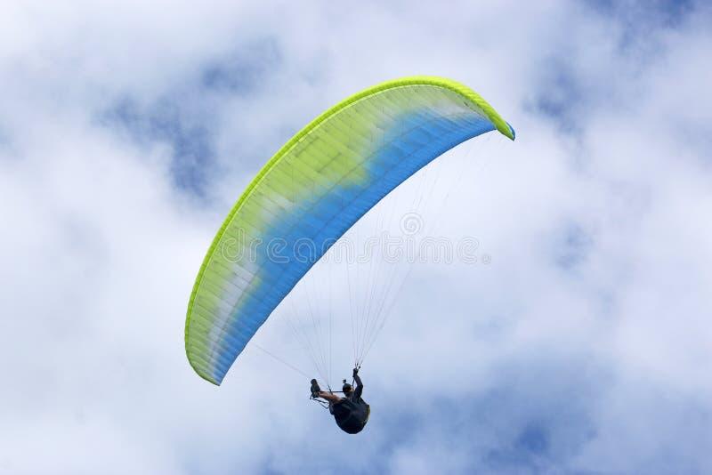 Paraglider yellpw latający skrzydło fotografia stock