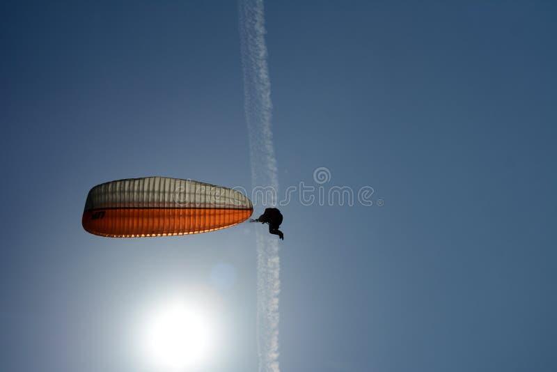 Paraglideren flyger Parachute fyller med luft arkivfoton
