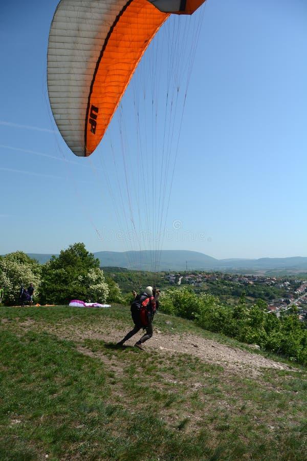Paraglideren startar arkivfoto