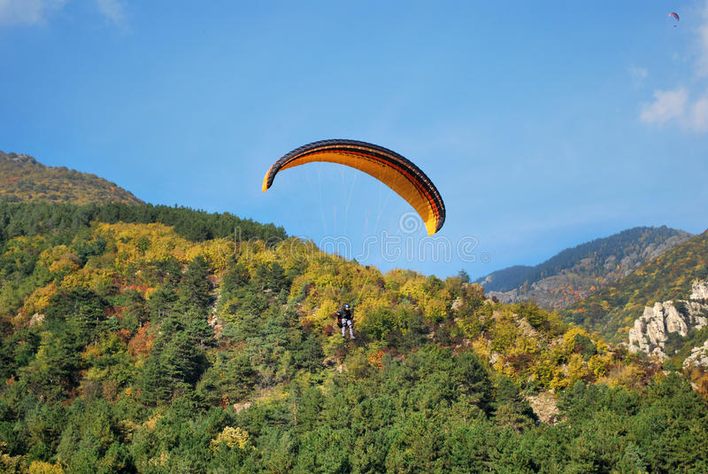 Paragliderflyg arkivbilder