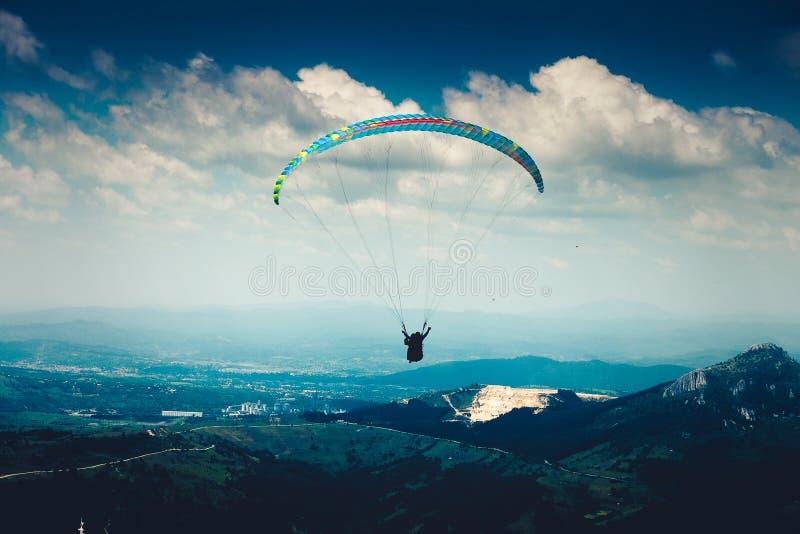 Paragliderflyg arkivfoto