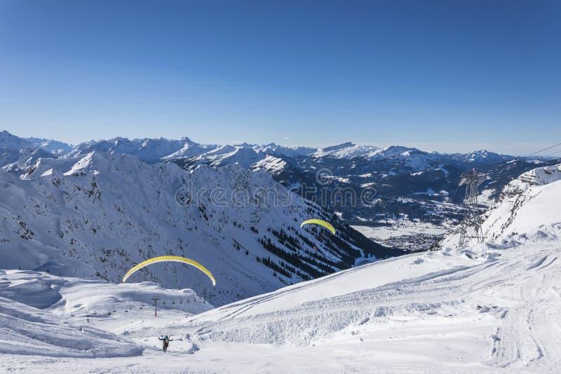 Paragliderflyg i bergen arkivbild
