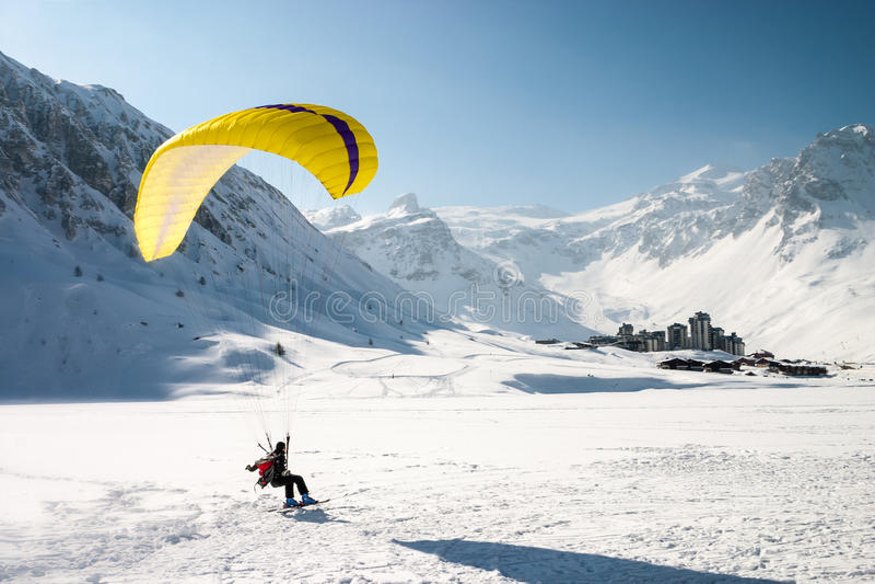 Paragliderlandning skidar på royaltyfri bild