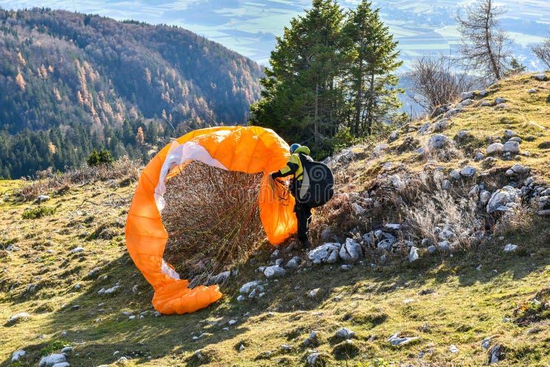 Paragliderolycka Parachute missade för att starta och fick fastnad in royaltyfri foto