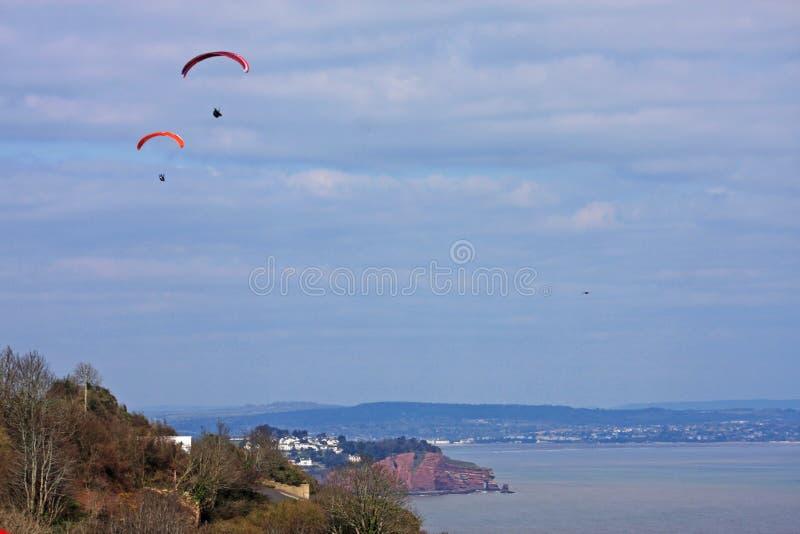 Paragliders acima da baía de Labrador fotografia de stock royalty free