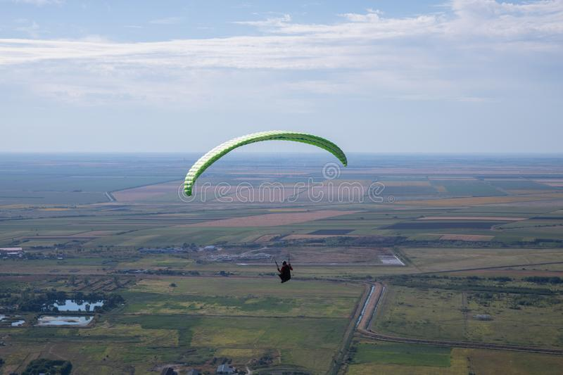 Paragliders do voo foto de stock royalty free