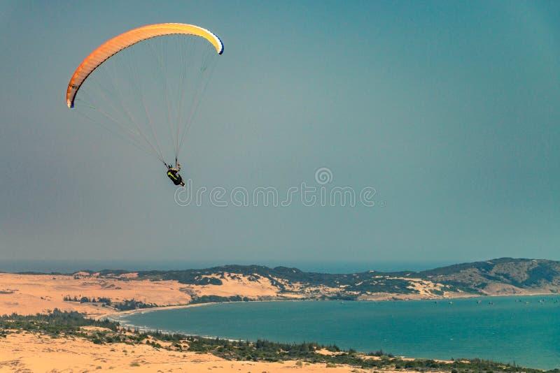 Paragliders do voo imagem de stock