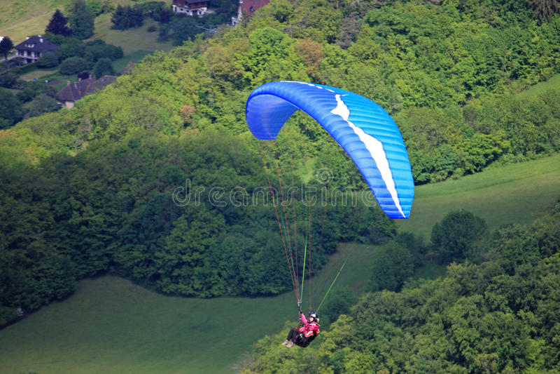 Paragliders i fjällängarna arkivbilder