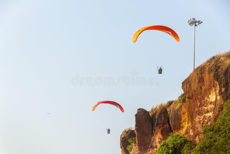 Paragliders i Indien royaltyfria foton