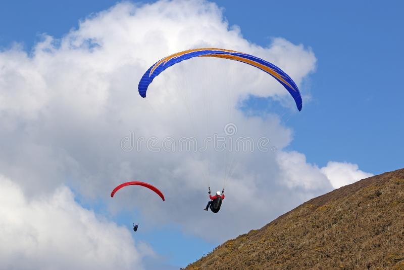 Paragliders lata wzdłuż grani obrazy royalty free