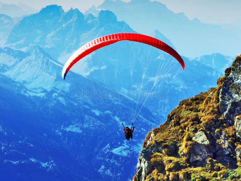 Paragliders na corrente de montanha Churfirsten e no lago acima Walensee fotos de stock royalty free