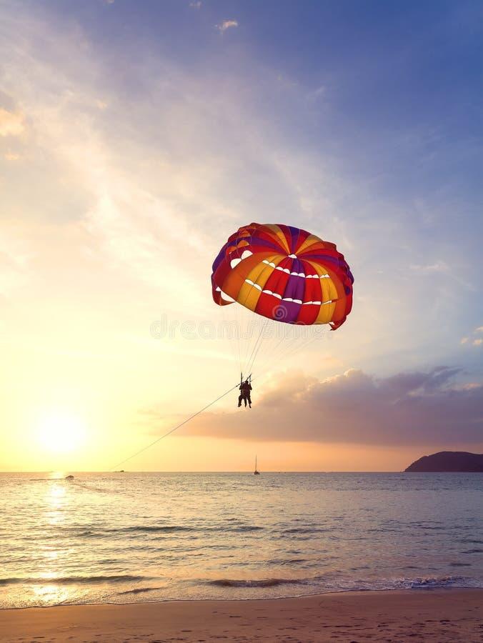 Paragliders no por do sol, conceito da aventura do verão imagem de stock