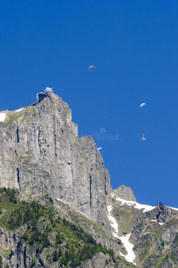 Paragliders runt om Breventen royaltyfria bilder