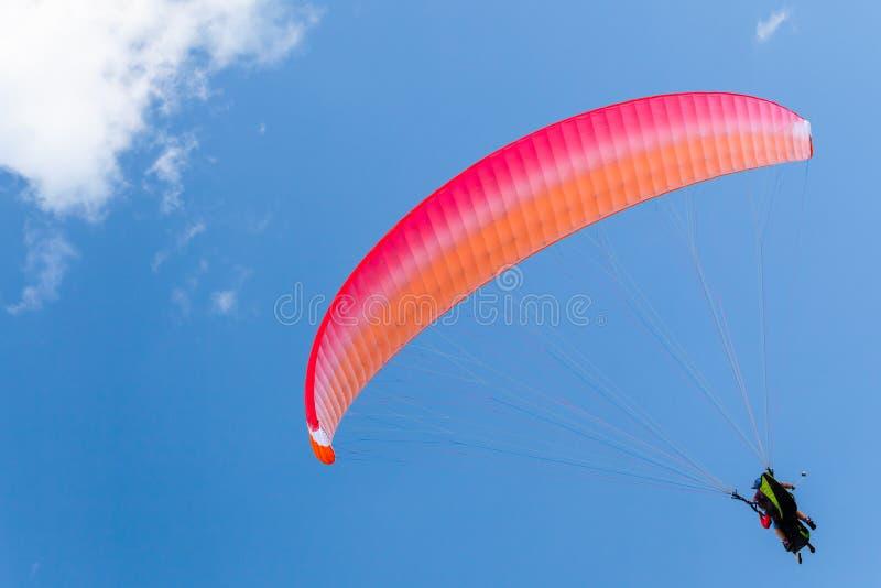 Paragliders w niebieskim niebie z chmurami, tandem obrazy stock
