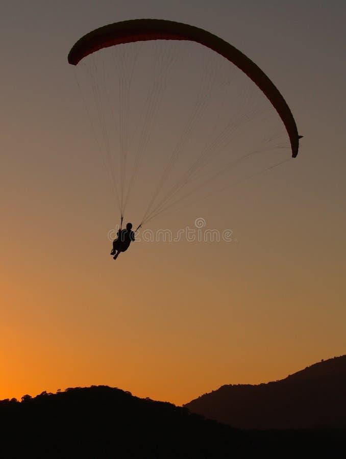 paraglidersolnedgång fotografering för bildbyråer
