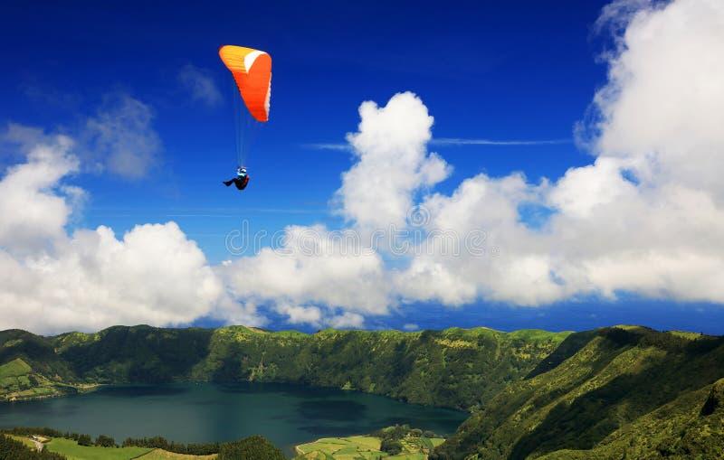 Paragliding över Sete Cidades, 30 Juli 2017 arkivfoton