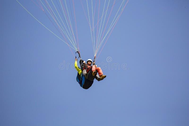Paragliding de la mujer foto de archivo libre de regalías