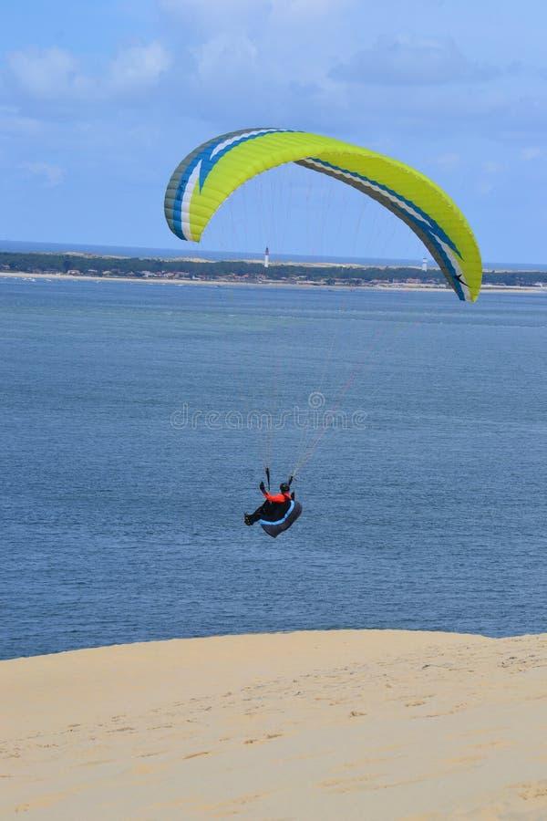 Paragliding del hombre foto de archivo