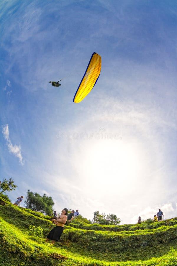 Paragliding del hombre en el Bal foto de archivo libre de regalías