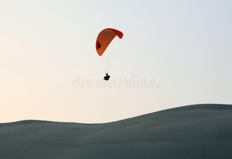 Paragliding do deserto foto de stock royalty free