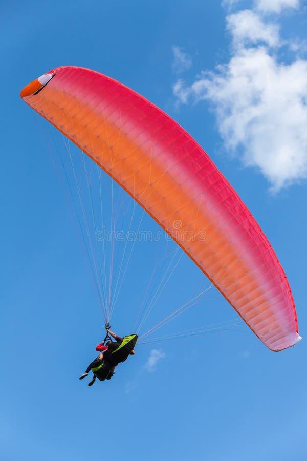 Paragliding en cielo azul con las nubes, en tándem fotografía de archivo libre de regalías