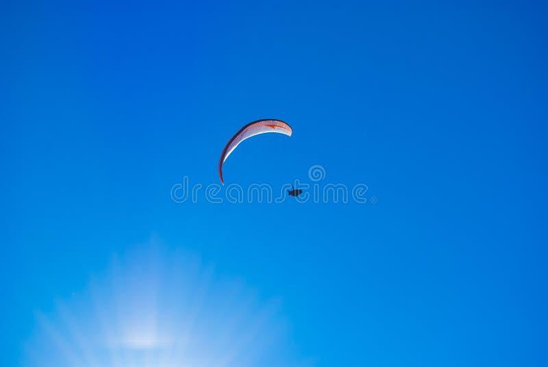 Paragliding en el cielo azul imagen de archivo