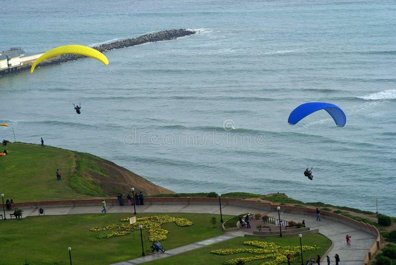 Paragliding en el embarcadero de Miraflores, Lima - Perú fotografía de archivo libre de regalías