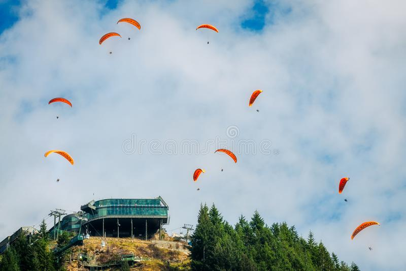 Paragliding en el horizonte de Queenstown, Nueva Zelanda fotos de archivo