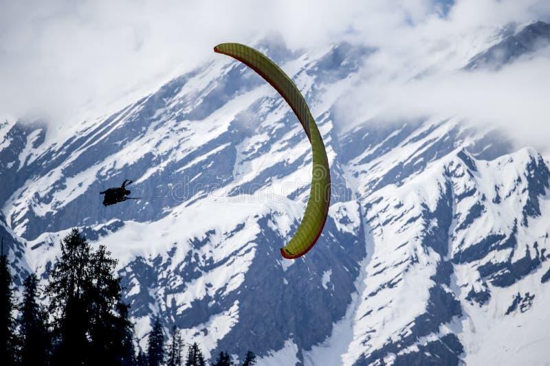 Paragliding en Himalaya fotos de archivo