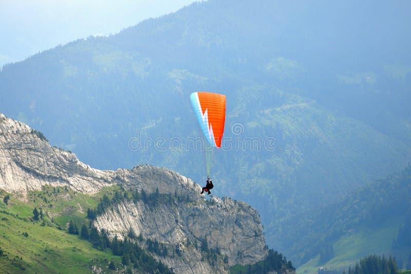 Paragliding en la montaña de Pilatus, Suiza fotos de archivo