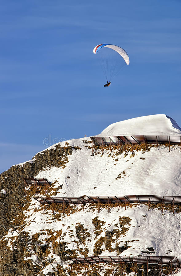 Paragliding en las montañas suizas imagenes de archivo