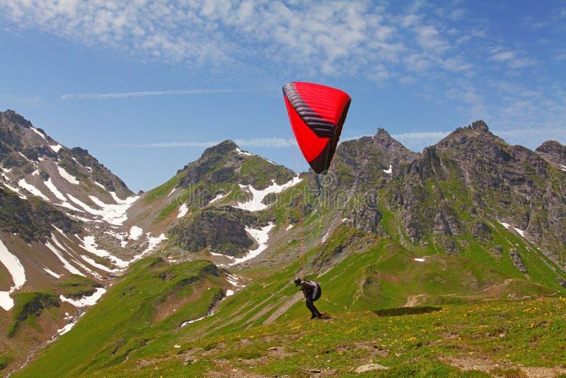 Paragliding en las montan@as suizas imagenes de archivo