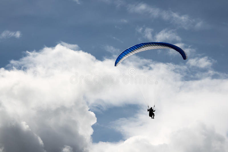 Download Paragliding En Los Cielos Nublados Azules Imagen de archivo - Imagen de ocio, outdoor: 41906465