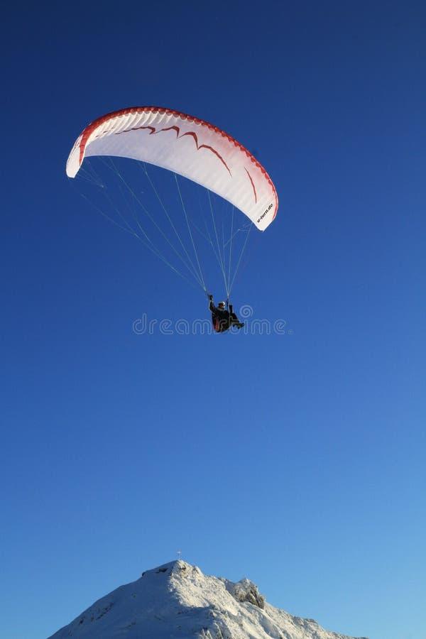 Paragliding en montañas foto de archivo