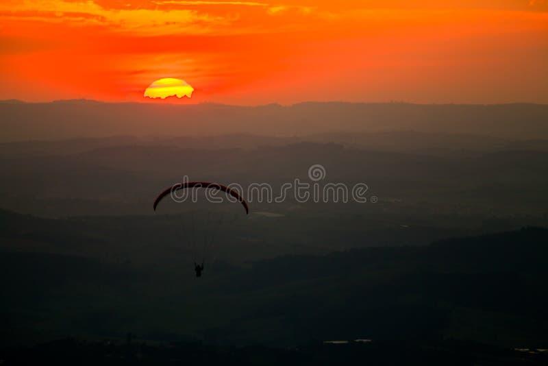 Paragliding en puesta del sol en Atibaia imagen de archivo libre de regalías