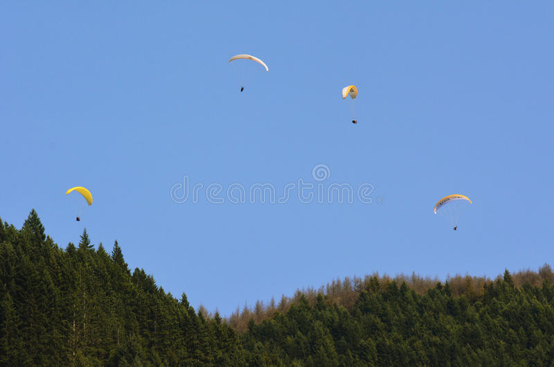 Paragliding en Queenstown Nueva Zelanda fotografía de archivo libre de regalías