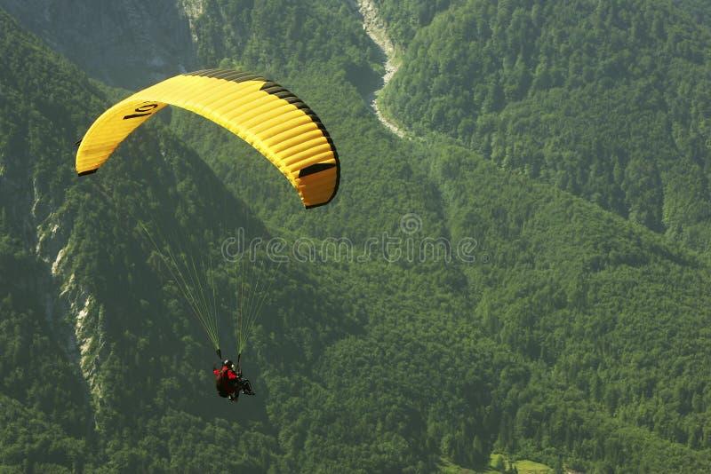 Paragliding en verde fotografía de archivo
