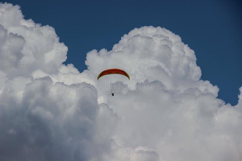 Paragliding entre las nubes blancas fotografía de archivo