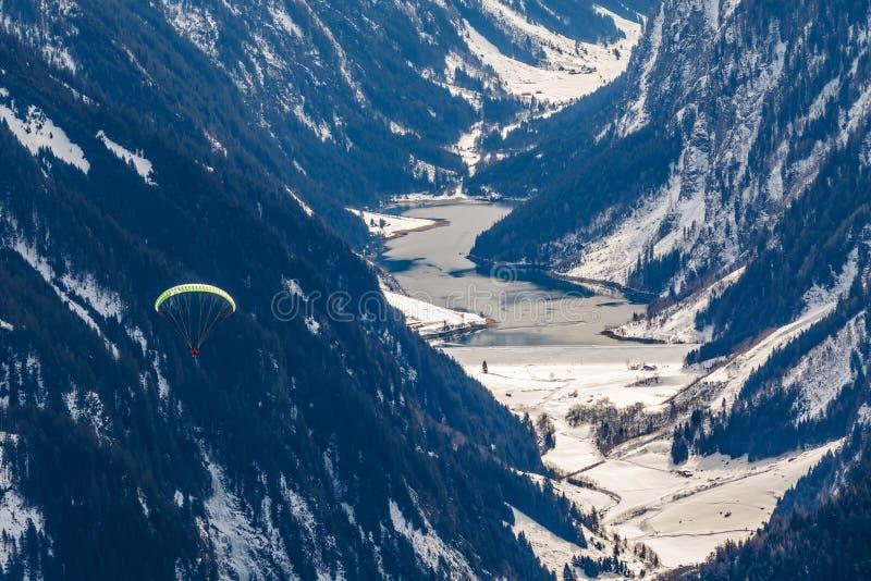 Paragliding i bergen royaltyfria bilder