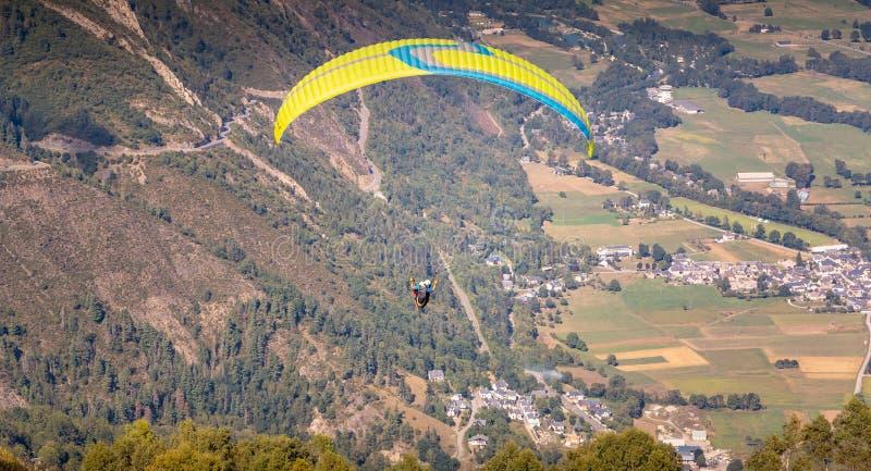 Paragliding i flykten upptill av berget på 1700 meter fotografering för bildbyråer