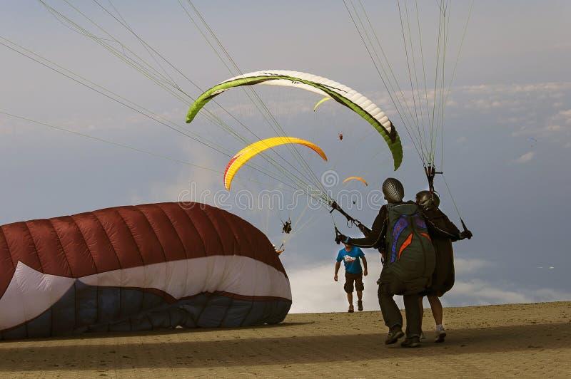 Paragliding i himlen royaltyfria bilder