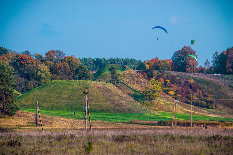 Paragliding i Kernave royaltyfri fotografi