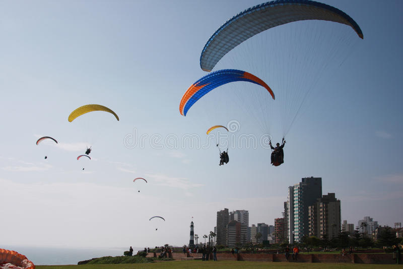 Paragliding i Lima Peru royaltyfri bild