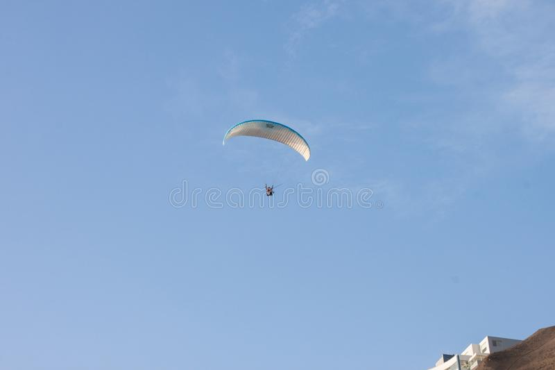 Paragliding i Miraflores arkivbilder