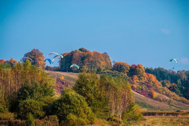 Paragliding i nedgångnatur royaltyfria foton
