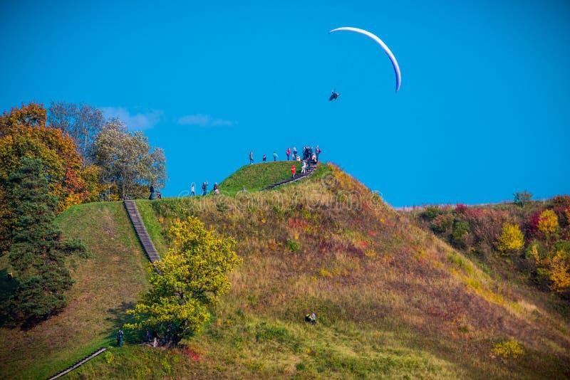 Paragliding i nedgångnatur på Kernave arkivfoto